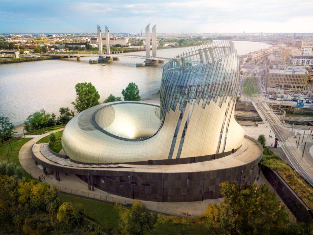 Partez à la découverte du vin à travers l'histoire et le monde, dans un lieu culturel emblématique à Bordeaux.