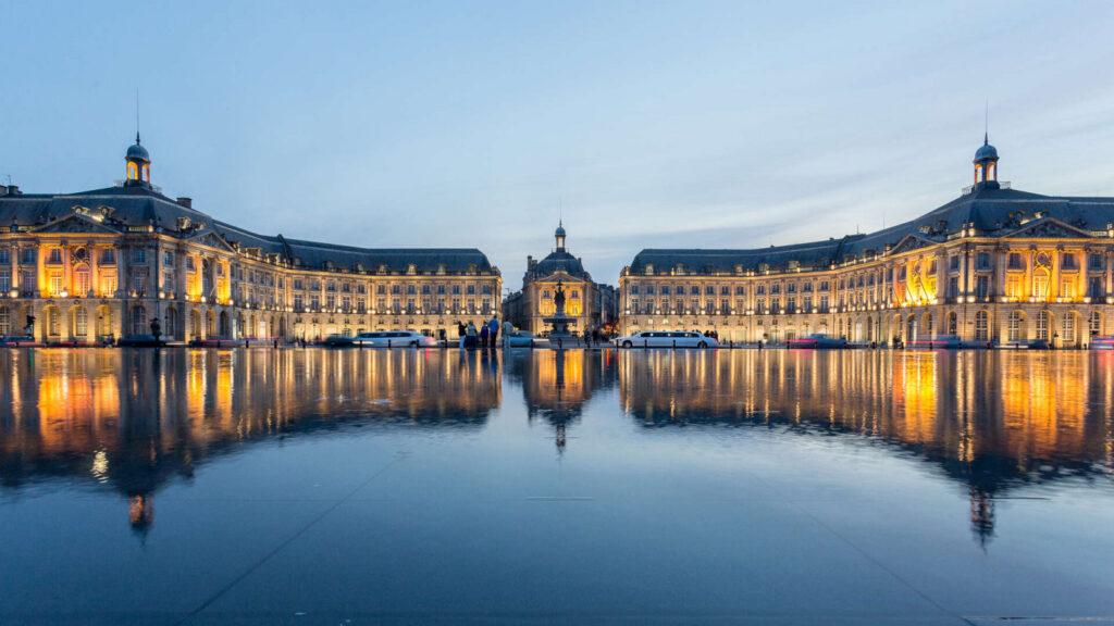 Bordeaux est dotée depuis fin juillet 2006 du plus grand miroir d'eau du monde (3 450 m2)